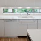 既製品キッチンに見えるが、面材からカウンター、引き出しまでオリジナルな組み合わせとしたオーダーキッチン