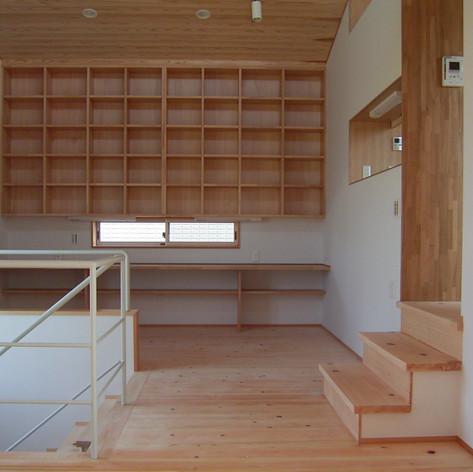 たっぷりな収納量を持つファミリーリビングと呼ばれる書斎コーナー。