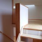 最上部の屋根裏を使ったロフト収納。生活のための居室としては天井が低いが、収納としては十分でかなりの容量になる。