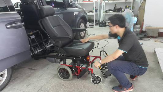 轉向輪椅底座