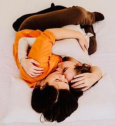 die große Umarmung, mehr Nähe geht nicht, sich umschlingen und halten, gemeinsam atmen