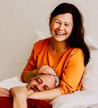 Kuscheltherapeutin Angeline kuschelt mit Klient. Kuschelsession Profikuschler Profikuschlerin Kuschler Kuschler