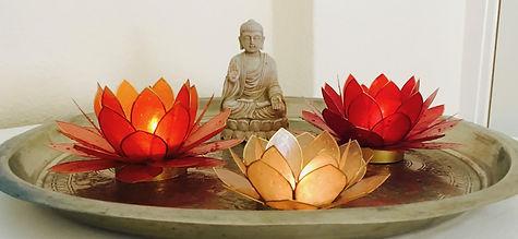 Kuschelraum Dekoration Kerzen und Buddha-statue. kuscheln Geborgenheit