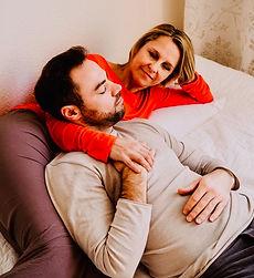 Couch-Gefühl, Mann und Frau kuscheln, Oxytocin tanken