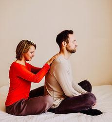 Rückenmassage Kuschelpositionen einer massiert den anderen