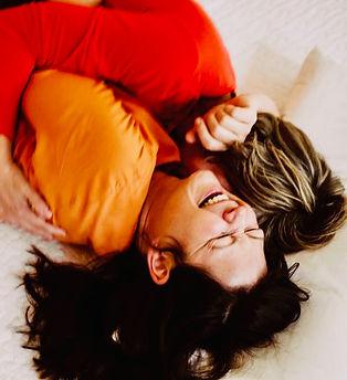 Kuscheltherapeutin Angeline kuschelt mit Klientin und lacht herzlich. Profikuschler Profikuschlerin Kuschler Kuschler