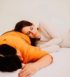 Der Ruhepol, auf dem Bauch liegend entspannen, die Wärme des anderen spüren