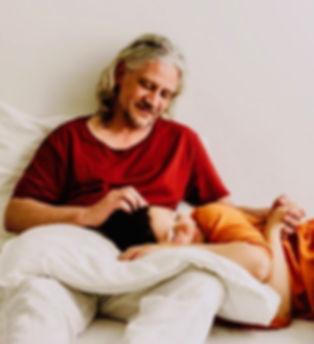 Michael Kuscheltherapeut, Michael kuschelt mit Frau, Kopfkraulen