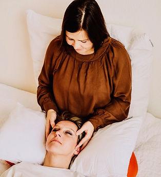 Kuscheltherapeutin Angeline gibt einer Klientin eine Kopfmassage.  Profikuschler Profikuschlerin Kuschler Kuschler