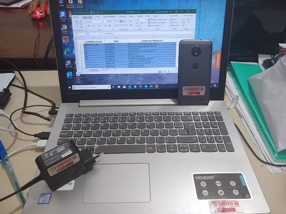 Móveis e equipamentos recebem placas metálicas de identificação