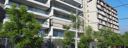 vista desde la calle de la terraza, con persianas abajo