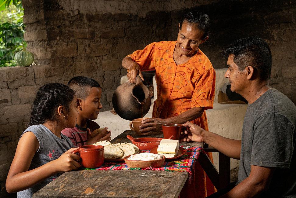 elias assaf fotografo honduras, fotografia comercial, fotografía documental honduras, lacteos, queso, vaca, granja, finca, familia rural, lempira