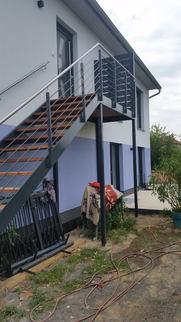 Treppe mit Sichtschutzwand oben