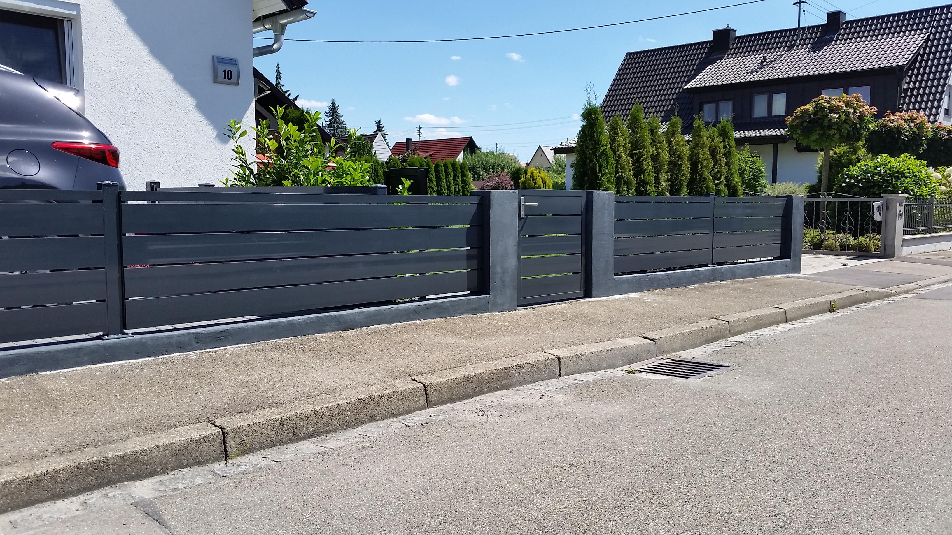 Sichtschutz mit Tür und Zaunfelder