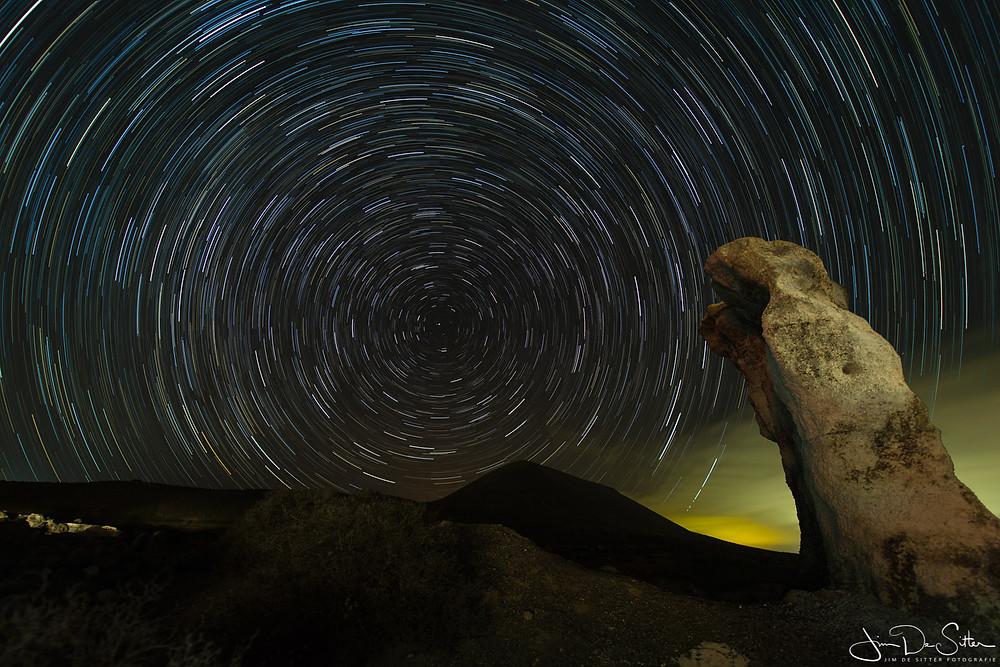 Startrails bij een rots in Lanzarote