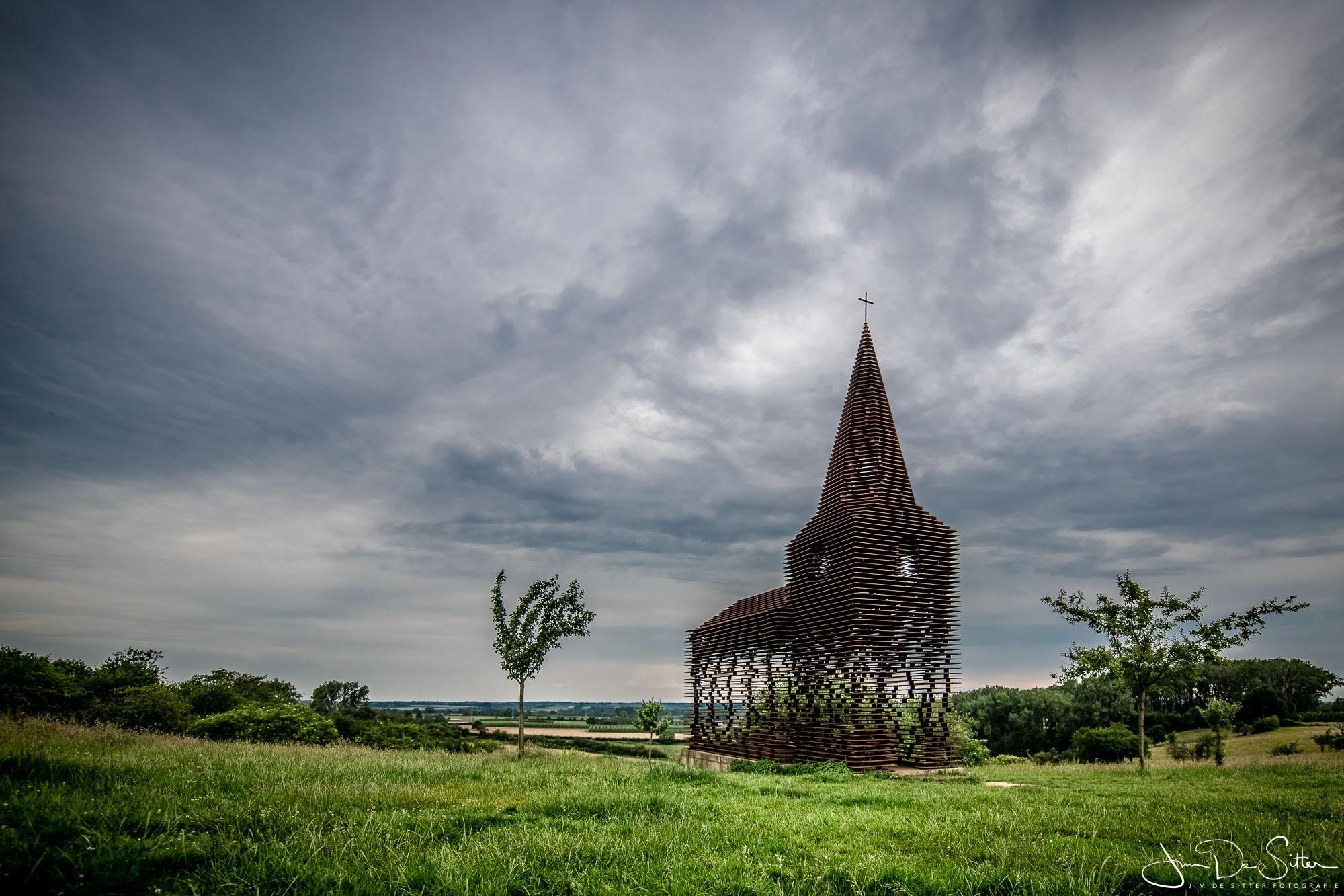 """Landschapsfoto : Het doorkijkkerkje """"Reading between the lines"""" in Borgloon"""