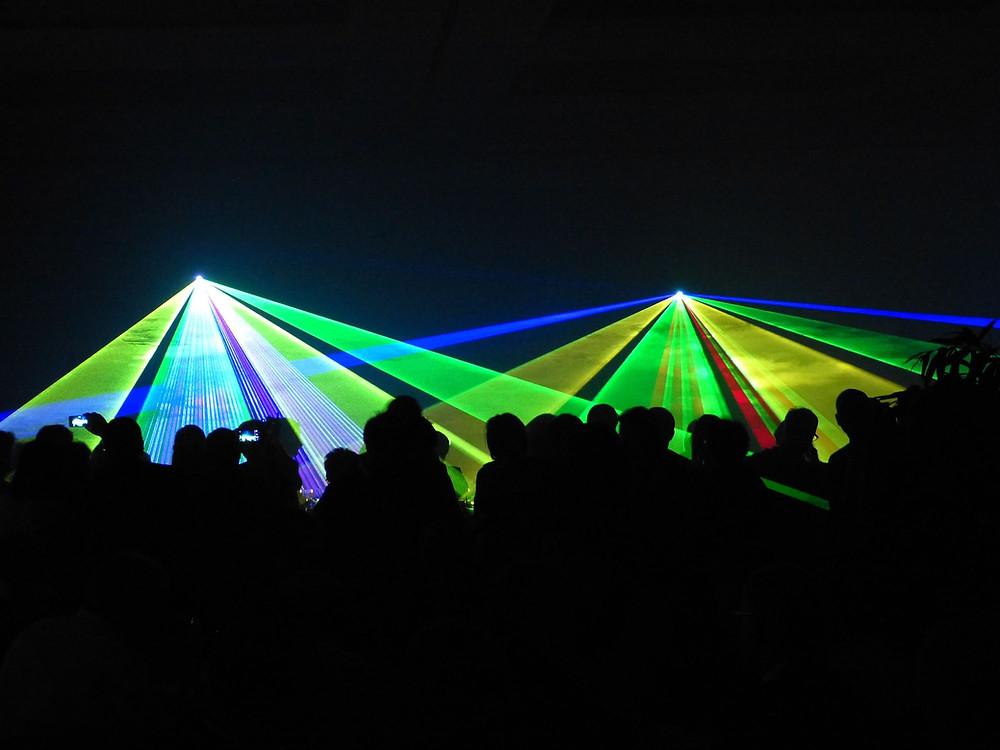 Licht van laserstralen gaat perfect in rechte lijn