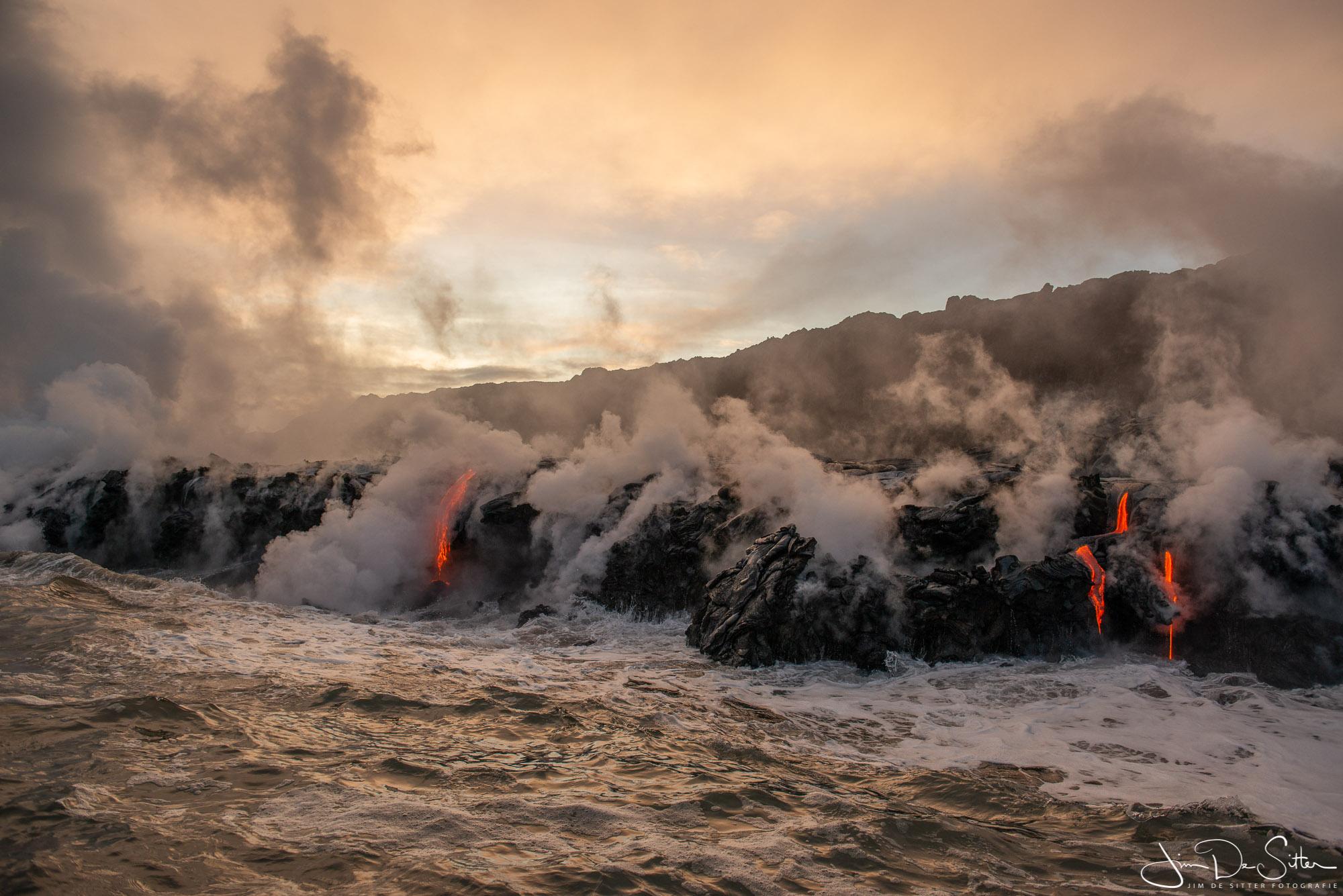 Landschapsfoto : Lava vloeit in zee in Hawaii