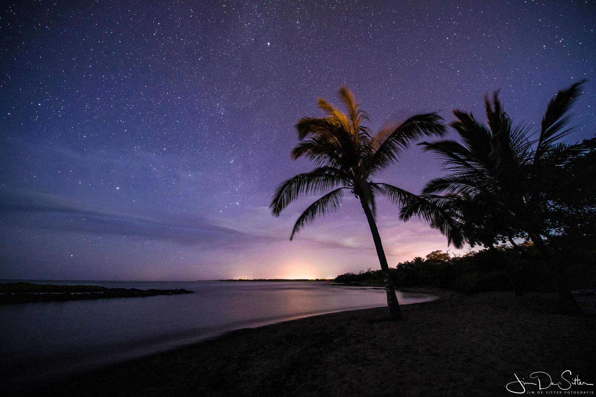 Landschapsfoto : Een heldere nacht op het strand in Hawaii
