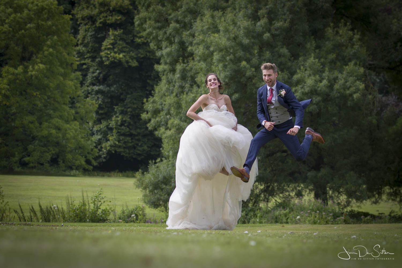 Huwelijksfotograaf Jim De Sitter : trouwfoto met een speelse touch