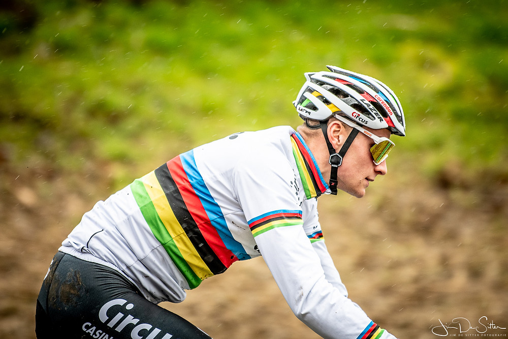 Wereldkampioen veldrijden Mathieu Van der Poel, scherp als hij is :-) Maar de achtergrond is mooi wazig.