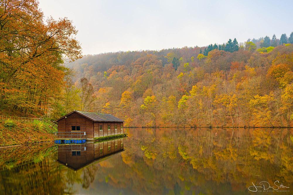 Het stuwmeer van Nisramont in een herfst decor