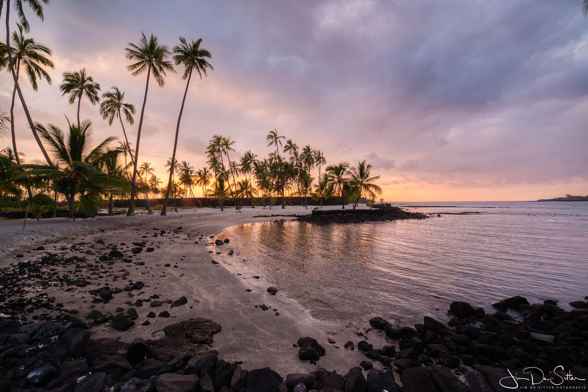 Landschapsfoto : Een tropisch strand in Hawaii bij zonsondergang