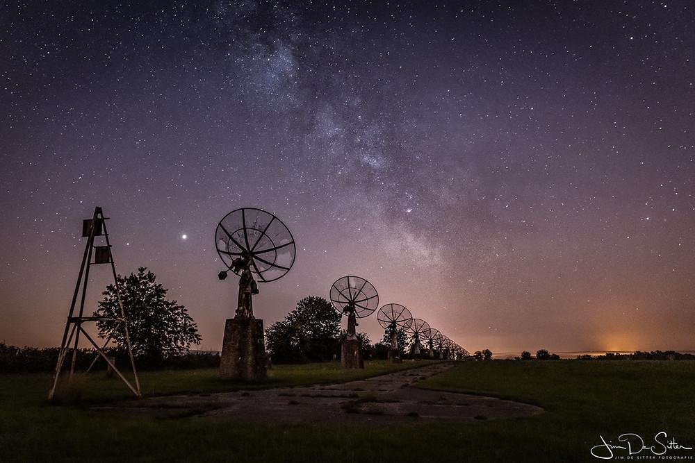 De melkweg boven de radiotelescoop van Humain