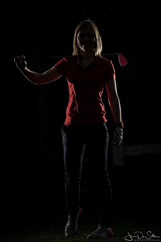 Golf speelster verlicht met een rimlicht