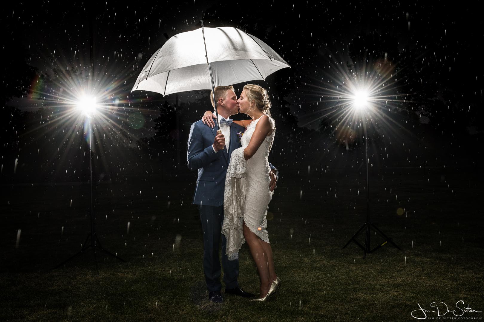 Huwelijksfotograaf Jim De Sitter : trouwfoto in de regen