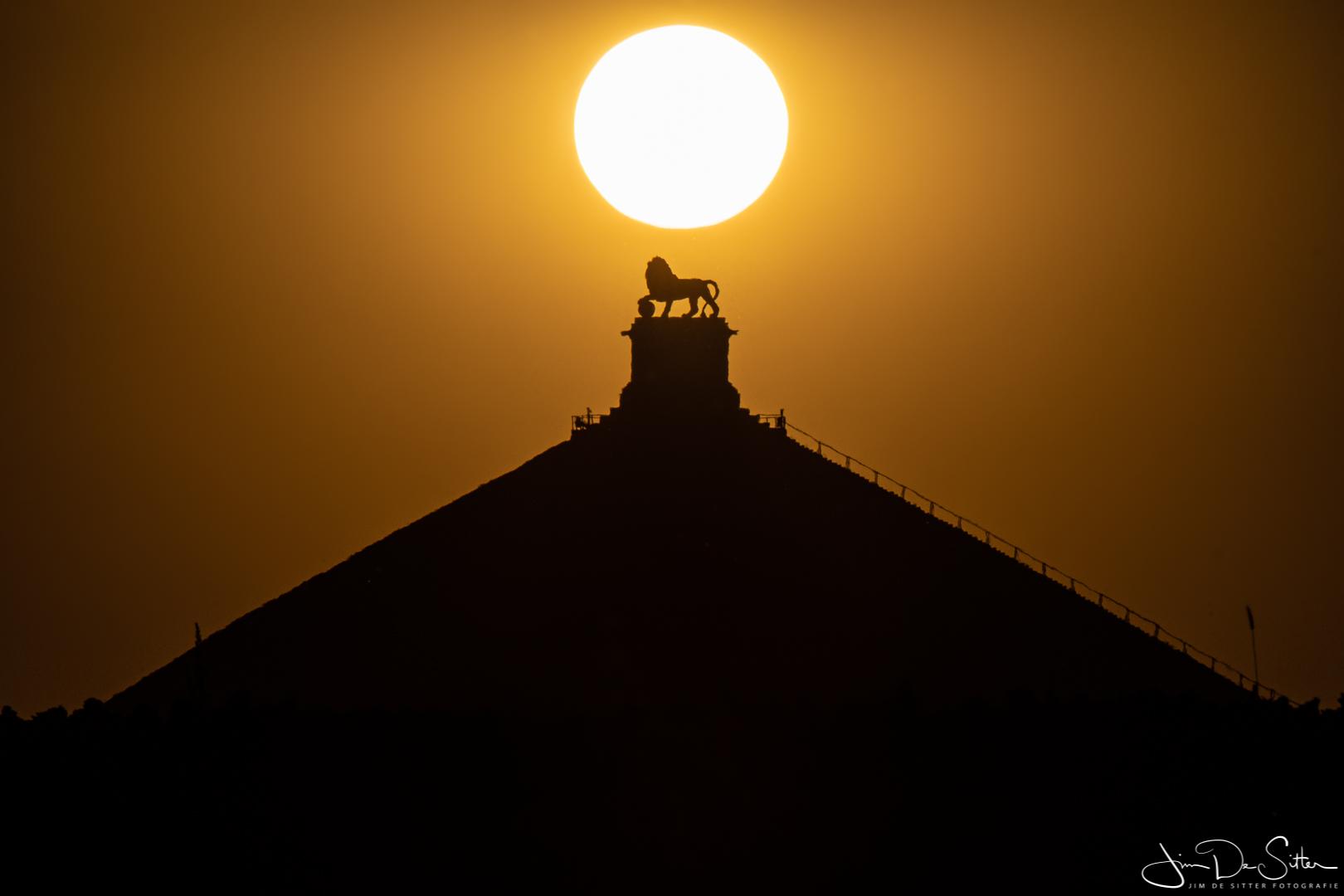 Landschapsfoto : De ondergaande zon boven de Leeuw van Waterloo