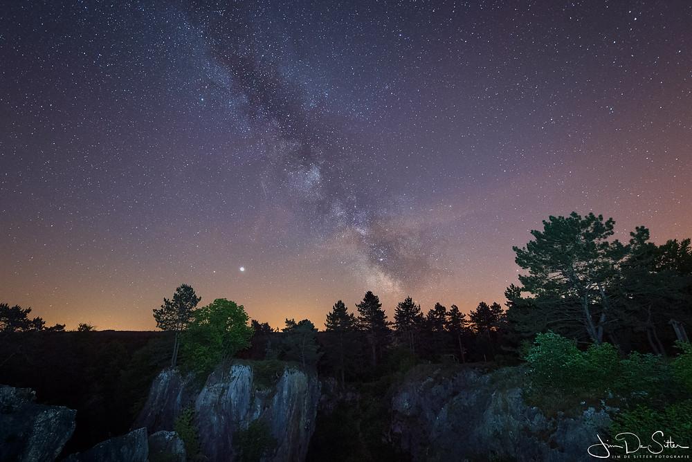 astrofotografie : de melkweg boven Foundry des Chiens in Belgie