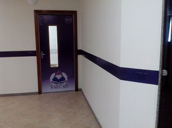 Faculdade FAECAD - Envelopamento de portas e faixas nos corredores