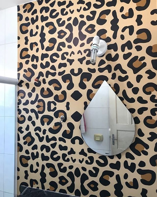 Envelopamento personalizado no banheiro com película protetora