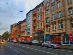Aachener Straße mit Cafés & Theater