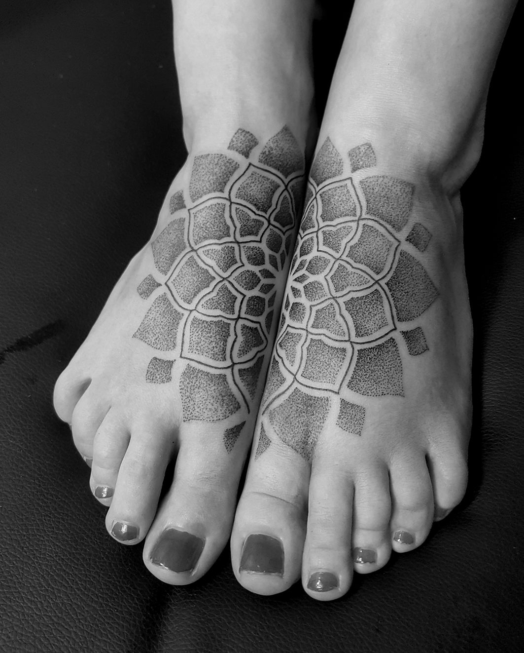 Tattoo Zincik - Mandala half dotwork
