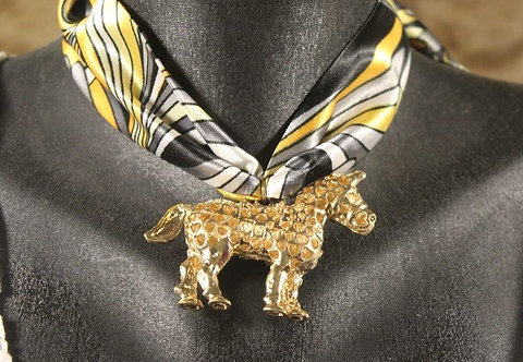 תליון סוס זהב עם בנדנה
