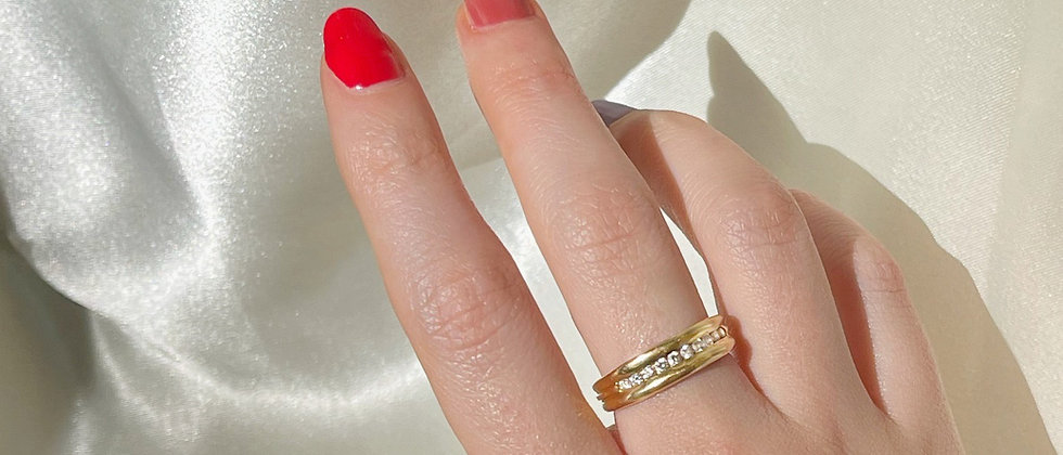 18kt gold band ring with 10 diamonds