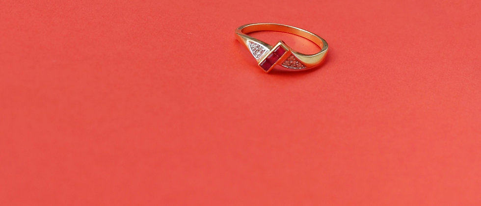 Elegant 18kt yellow gold ring with rubies and diamonds