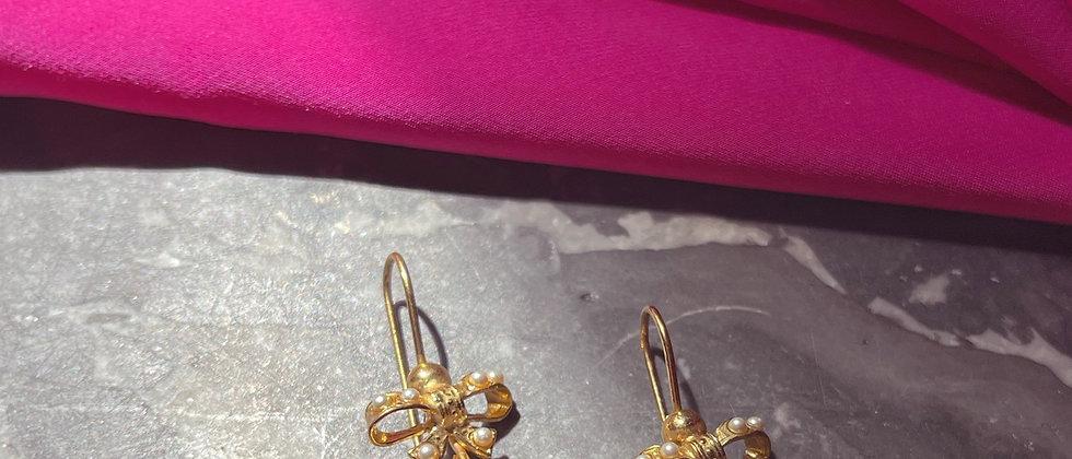 Lovely ribbon earrings with a garnet