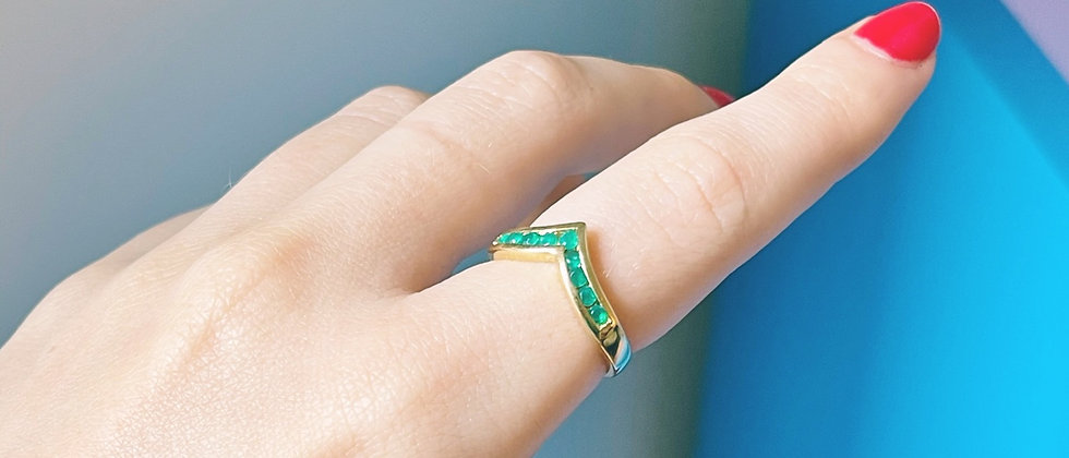 18kt gold-plated green v band ring