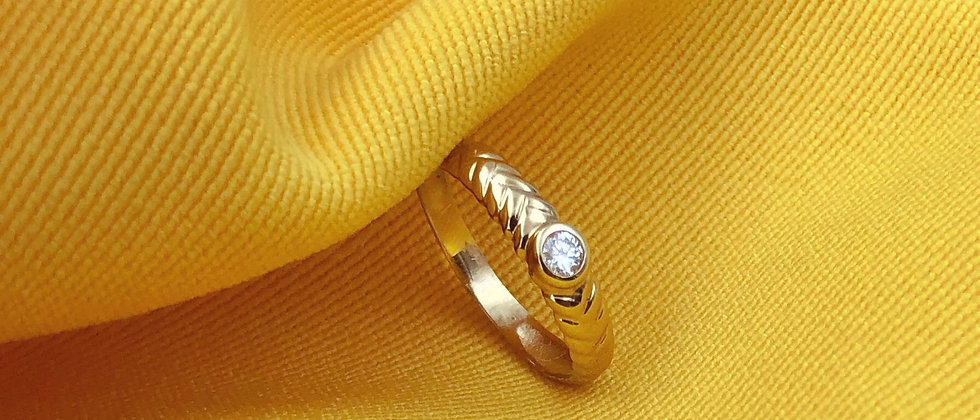 18kt gold-plated thin detailed solitaire ring