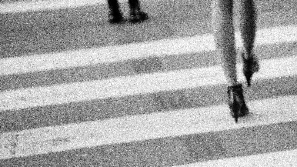 She crosses the street, Paris, 2020