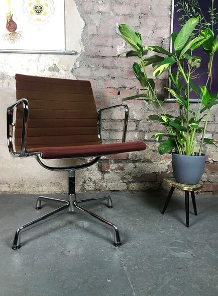 42113_Eames_Alu_Chair_EA_108_Vitra_Buerostuhl_ Buerosessel_Velour_samt_rot_moorbraun.JPG