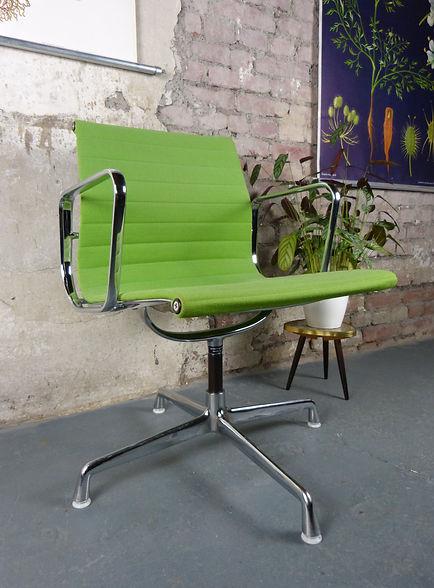 38812_Eames_Alu_Chair_EA108_Vitra_Büros