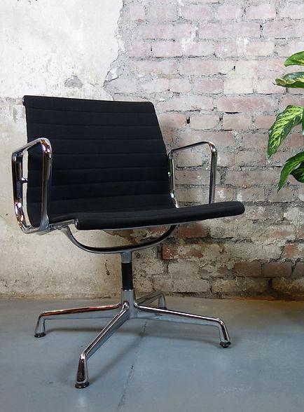 24801_Eames_Alu_Chair_EA107_Vitra_Büros
