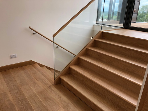multiturn-oak-stairs-glass-balustrade.jp