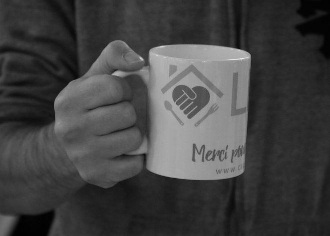 main qui tient une tasse