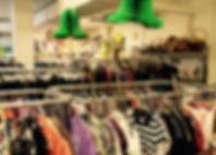 rangements de vêtements avec cintres