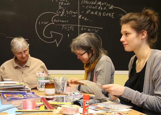 trois femmes faisant un telier créatif
